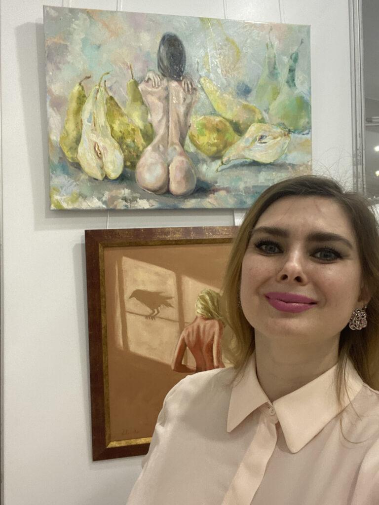 Елена Реутова с картиной на выставке.